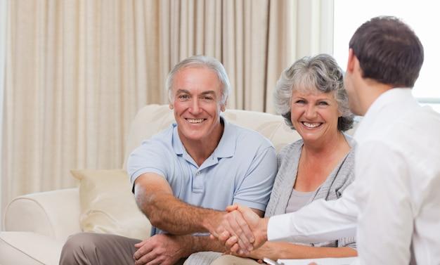 Anziani con uomo di assicurazione