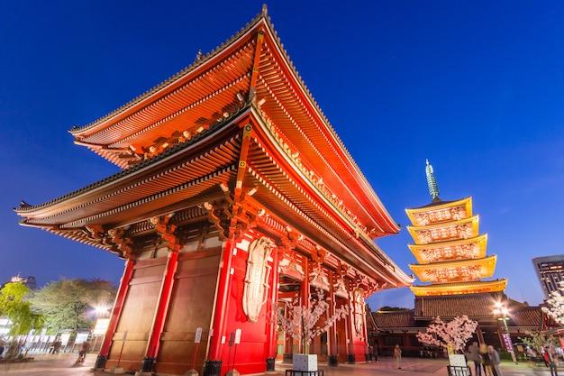 Senso-ji, tempio di asakusa al cielo blu crepuscolare, tokyo, giappone