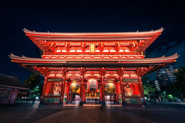 Sensoji è un antico tempio buddista di notte ad asakusa, tokyo, giappone.