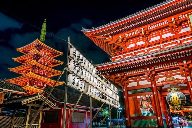 Il tempio sensoji è punto di riferimento a tokyo di notte, è illuminato e turistico