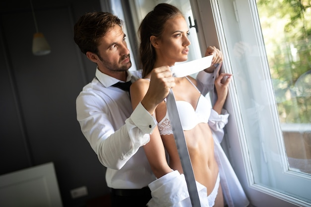 Le coppie intime sensuali si abbracciano. donna con viso affascinante.