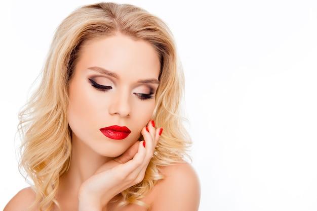 Sensuale bionda sexy con labbra rosse che toccano il suo viso