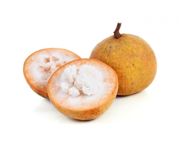 Frutta di sentul isolata su fondo bianco.