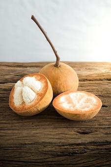 Sentul frutta su tavola di legno