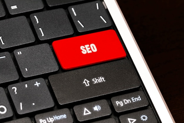 Seo sul pulsante rosso invio sulla tastiera nera.