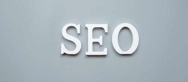 Testo seo (search engine optimization) su grigio. idea, visione, strategia, analisi, parole chiave e concetto di contenuto