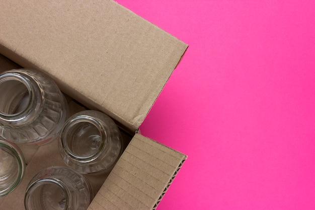 Raccolta differenziata dei rifiuti per il riciclaggio. bottiglie di vetro in una scatola