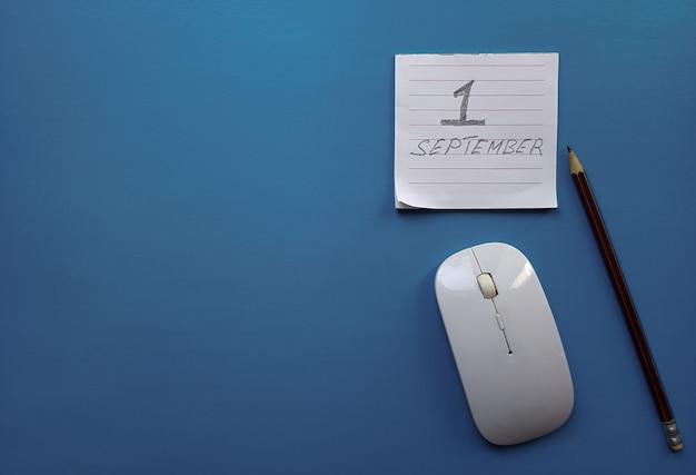 1 settembre giorno 1 del mese, ritorno al concetto di scuola. calendario su una bacheca. tempo d'autunno. posto vuoto per il testo.
