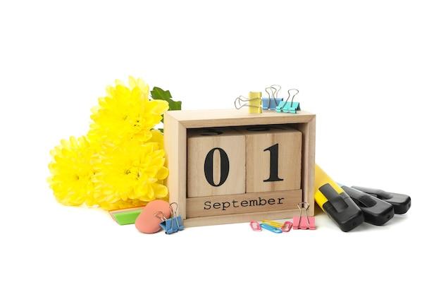 Settembre calendario in legno e materiale scolastico isolato