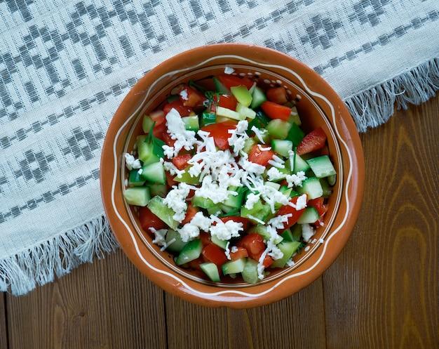 Insalata serba - insalata di verdure a base di pomodori freschi a cubetti, cetriolo, feta e cipolle onion