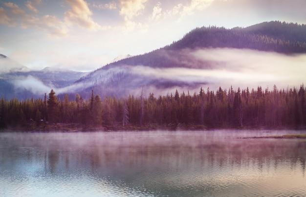 Sereno bellissimo lago nelle montagne del mattino, oregon, stati uniti d'america.