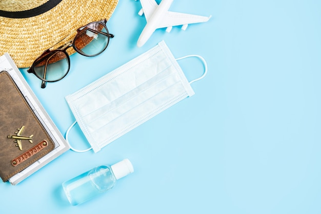 Maschera sergente con articoli da viaggio e passaporto, viaggiando durante il concetto di epidemia di virus corona