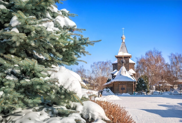 Chiesa di sergievskaya e abete rosso soffice nel monastero della trinità a murom in una giornata di sole nevoso invernale