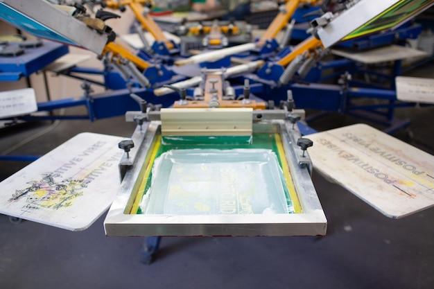 Processo di stampa serigrafica serigrafica presso la fabbrica di vestiti, telaio a carosello, tergipavimento e vernici a colori plastisol