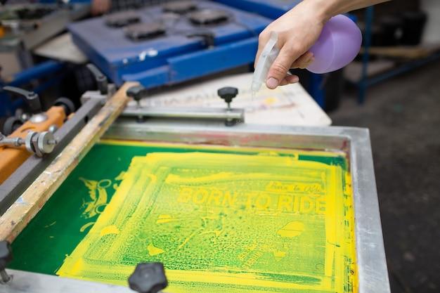 Processo di stampa serigrafica serigrafica presso la fabbrica di abbigliamento. detergente colori per telaio, tergipavimento e plastisol.