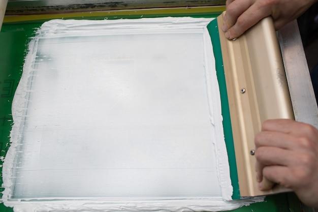 Processo di stampa serigrafica serigrafica presso la fabbrica di abbigliamento. vernici colorate per telaio, tergipavimento e plastisol.
