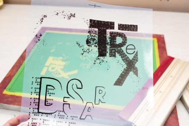 Processo di stampa serigrafica serigrafica presso la fabbrica di abbigliamento. cornice e modello di stencil trasparente.
