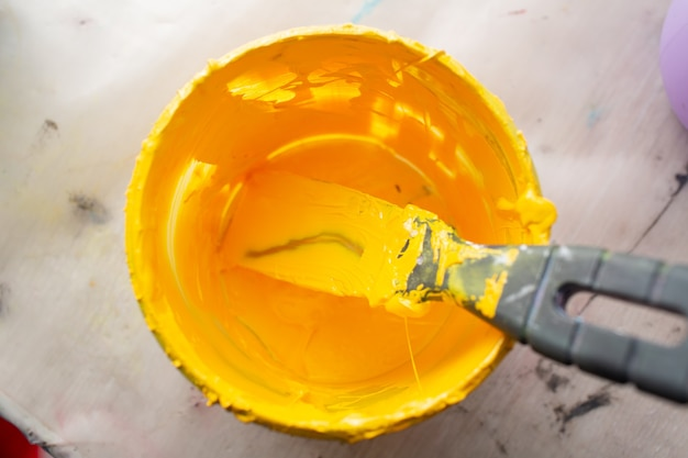 Processo di stampa serigrafica serigrafica presso la fabbrica di abbigliamento. vernici di colore giallo plastisol a tavola.