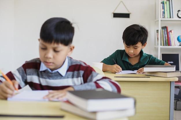 Studenti asiatici seri che fanno l'esame in un'aula