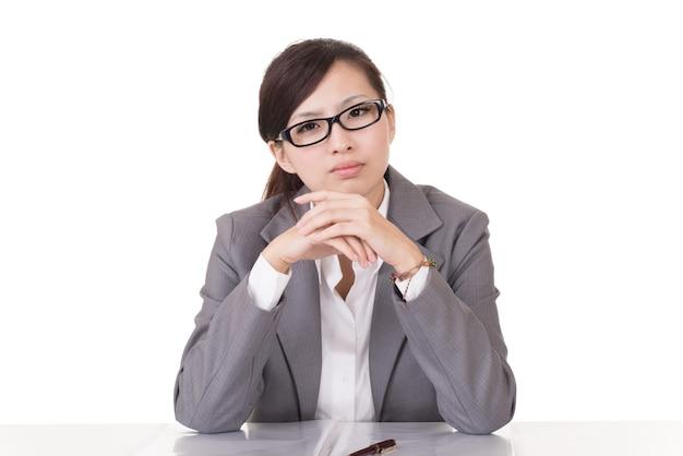 Donna seria di affari di asiatici, ritratto di alzato su sfondo bianco.