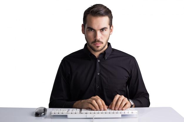 Uomo d'affari serio che scrive sulla tastiera