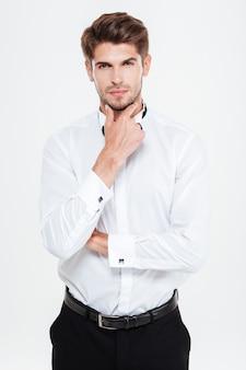 Uomo d'affari serio. senza giacca. isolato