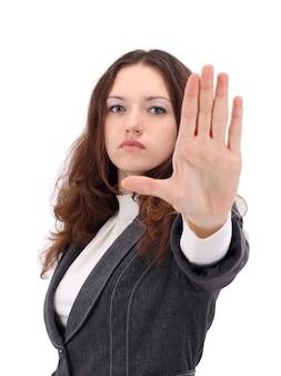 Grave imprenditrice rendendo il segnale di stop su sfondo bianco, concentrarsi sulla donna d'affari.