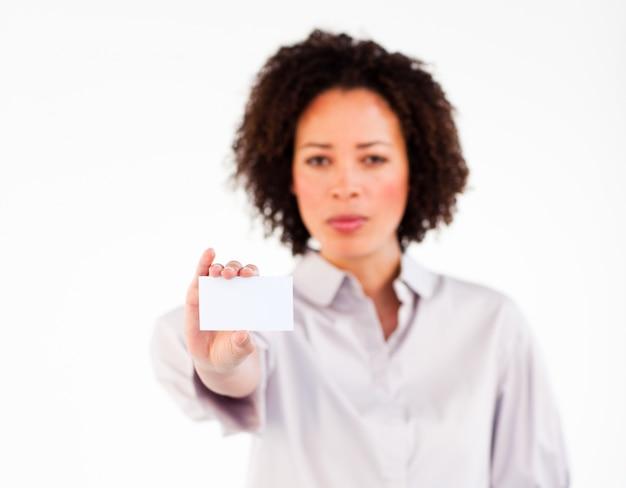Donna di affari seria che mostra carta bianca alla macchina fotografica