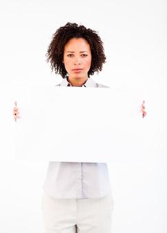 Donna di affari seria con la grande carta bianca