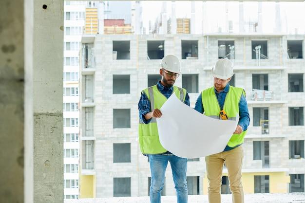 Progettisti edili seri che visualizzano schizzo