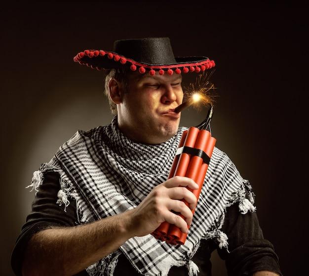Serio cowboy messicano che spara dinamite con un sigaro