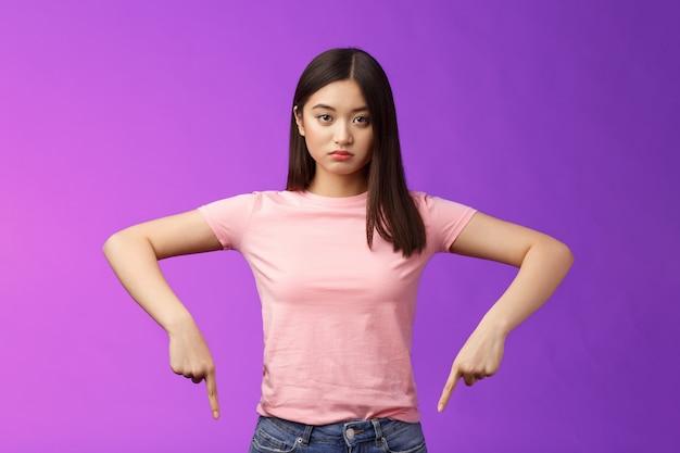 Il combattimento femminile asiatico insicuro sconvolto dall'aspetto serio ferma il comportamento animale crudele, punta le dita verso il basso deluso, guarda la telecamera sinceramente stufo, in piedi depresso insoddisfatto, sfondo viola