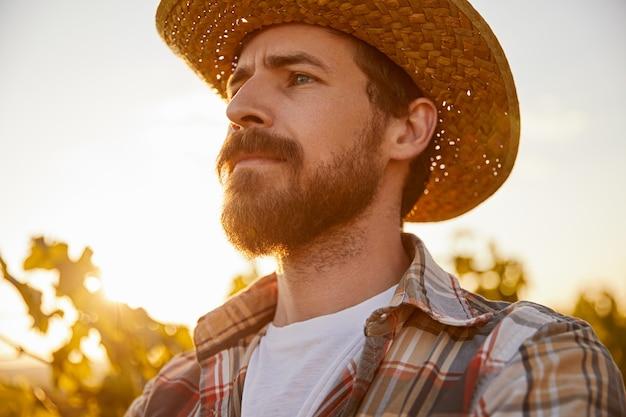 Grave agricoltore maschio al tramonto