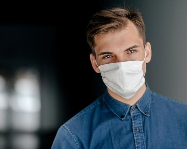 Uomo serio in una maschera protettiva