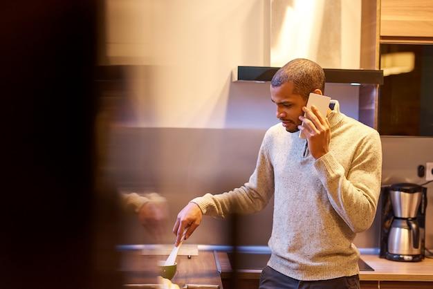 Uomo serio, parlando al telefono