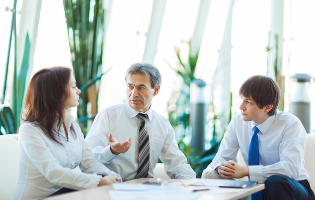 Un serio incontro di uomini d'affari in ufficio. discussione e firma del contratto.