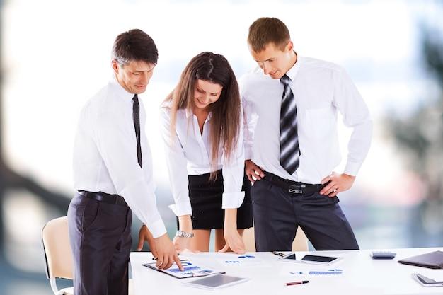 Un serio incontro di uomini d'affari in ufficio, discussione e firma del contratto