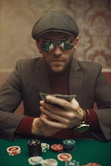 Giocatore di poker serio che gioca nel casinò