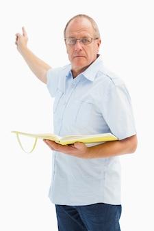 Uomo serio del predicatore che indica e che tiene gospel