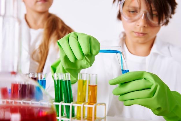 Situazione grave nel laboratorio chimico