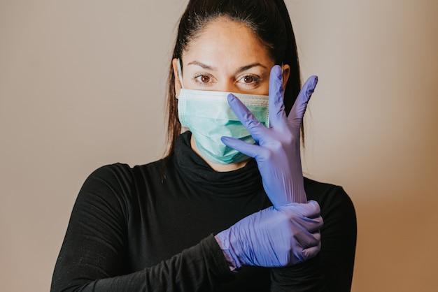 Maschera e guanti di protezione da portare della donna seria