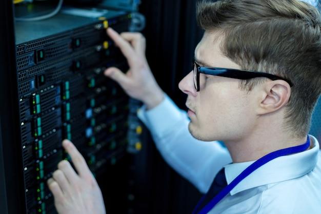 Gravità. giovane operatore concentrato lavorando e premendo i pulsanti neri