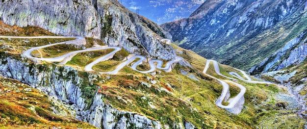 Strada tortuosa che conduce al passo del san gottardo nelle alpi svizzere