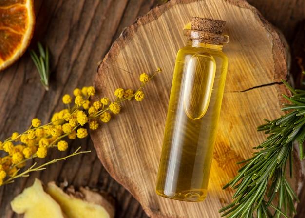 Bottiglia di siero e pianta distesa