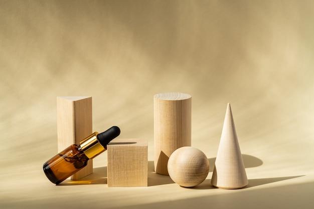 Il siero in una bottiglia di vetro con una pipetta si trova vicino ai supporti di legno