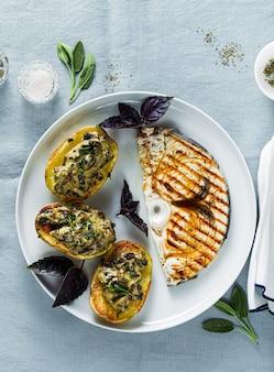 Servire con patate ai funghi al forno e bistecca di pesce spada. pranzo o cena salutari per la famiglia