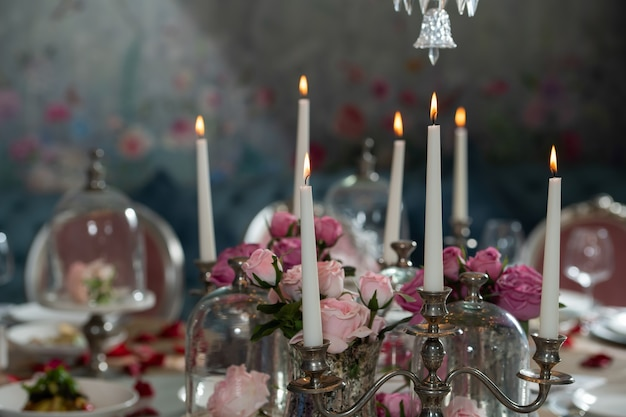 Tavola rotonda per banchetto servito. un ristorante. tavolo decorato per un matrimonio. vacanza, evento. petali di rosa sul tavolo.