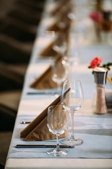 Servito posate tovaglioli bicchieri di vino da tavola posate