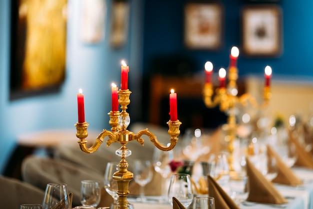 Tavolo da banchetto servito con bicchieri da vino candelabro