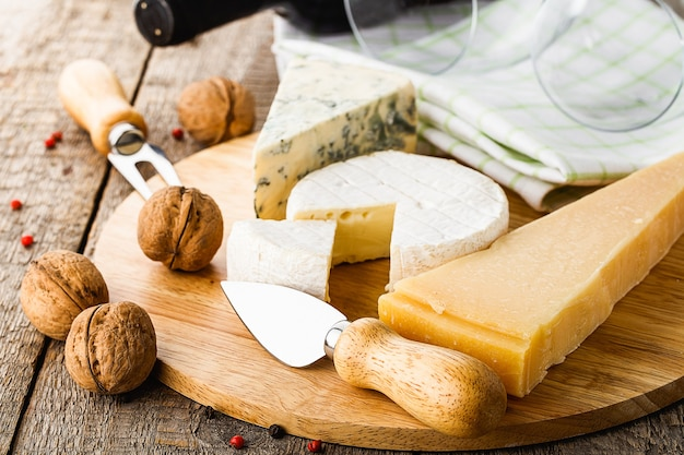 Servito formaggio e vino sulla vecchia tavola di legno